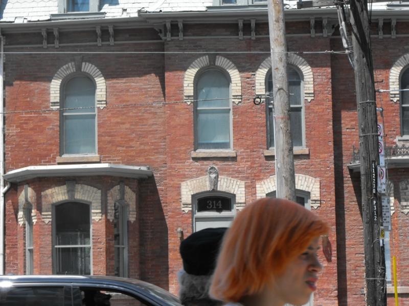 Dundas St. W.  Дом  с  белыми  наличниками.