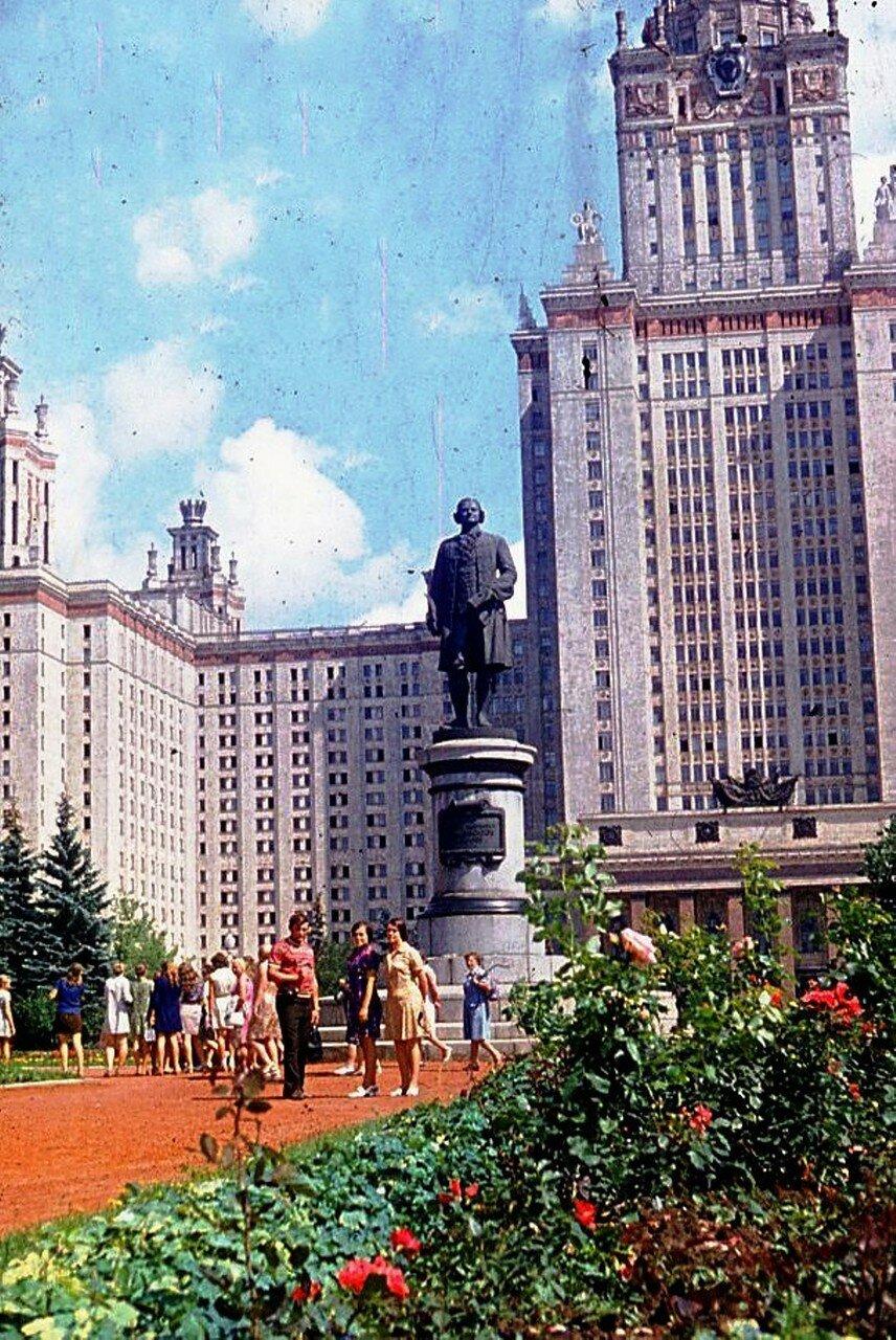 ...НАШ АДРЕС СОВЕТСКИЙ СОЮЗ. Москва, МГУ. Фотограф Николай Бродяной.jpg