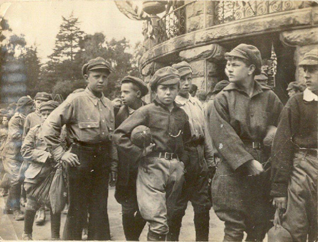 92. Сан-Франциско. Группа колонистов проходит мимо павильона в зоологическом саду в Сан-Франциско