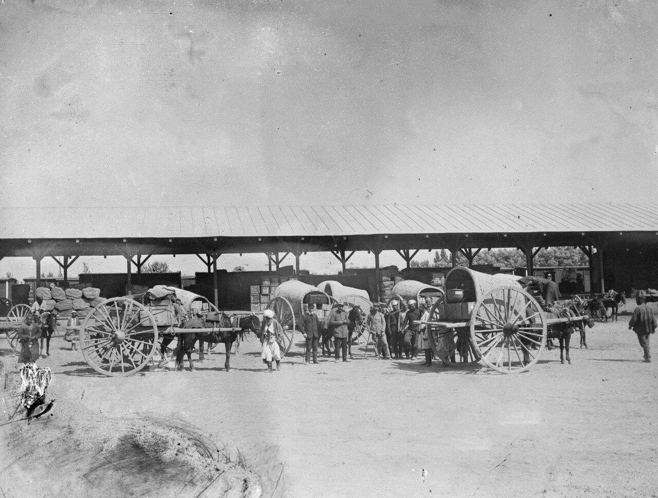 Самарканд. Научно-исследовательская экспедиция грузит свое оборудование в вагон на железнодорожном вокзале перед отъездом в Андижан