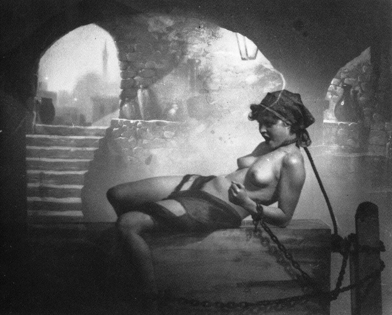 1926. «Иллюстрированный компендиум колдовства». Прикованная ведьма