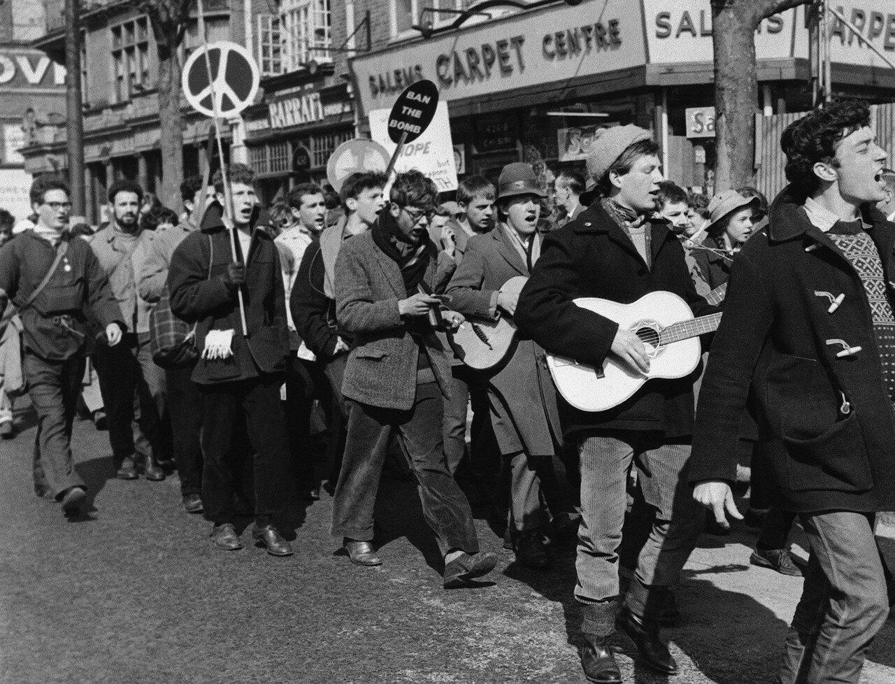 1960.18 апреля. 20 000 демонстрантов протестуют против производства ядерного оружия. Шествие направляется на Трафальгарскую площадь