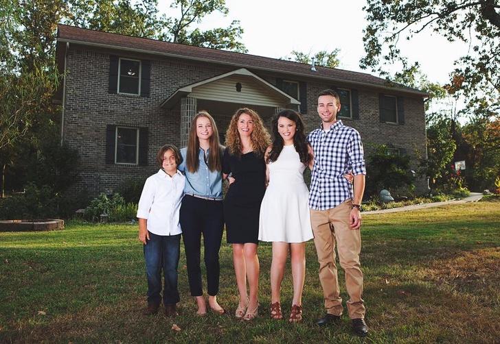 Одинокая мама четверых детей построила дом своей мечты поурокам сYouTube (14 фото)