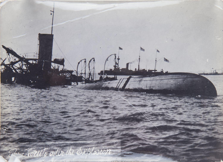 Фото затопленной канонерской лодки «Кореец» и проходящего на ее фоне японского эсминца