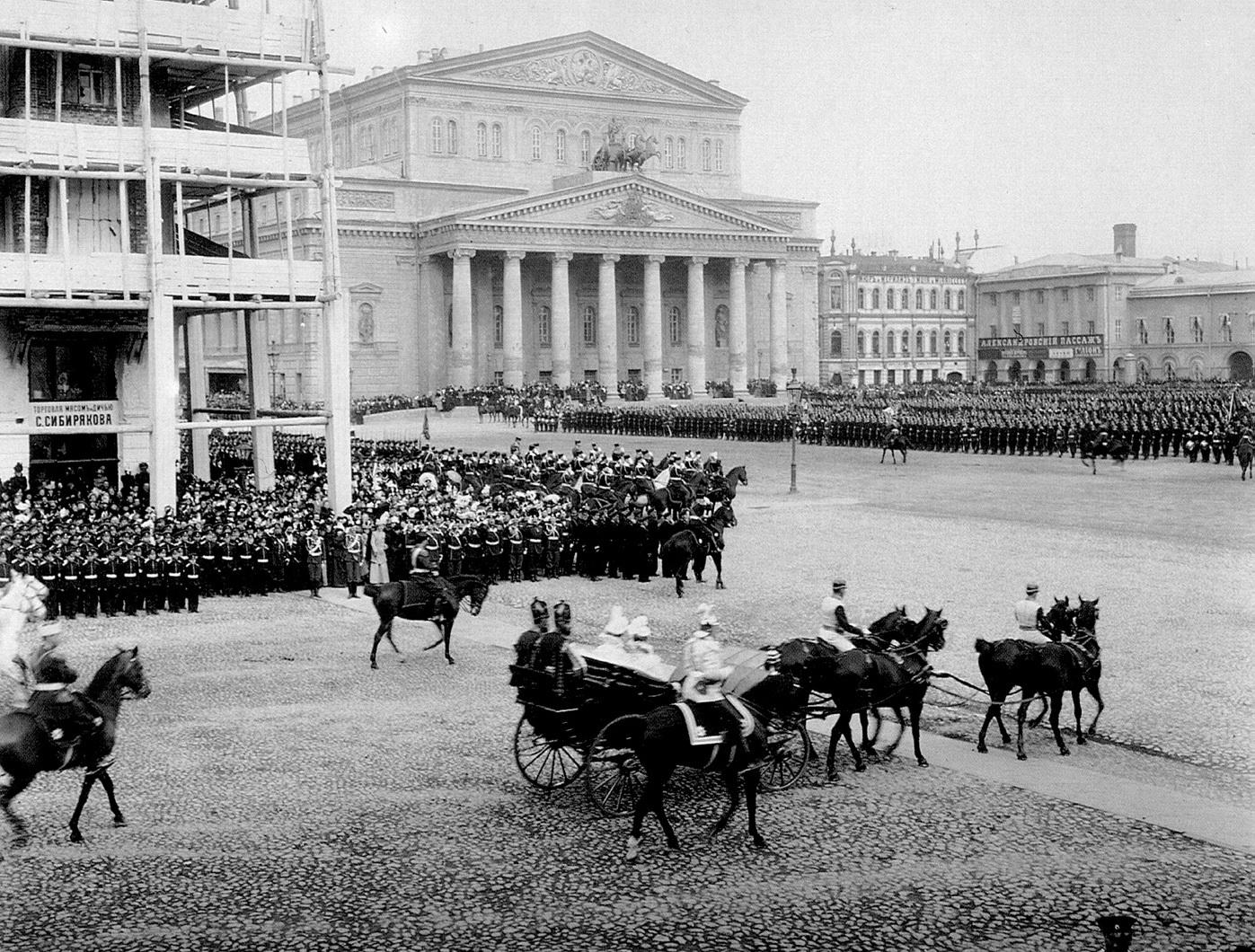 Царский экипаж на Театральной площади во время парада войск. Апрель 1910