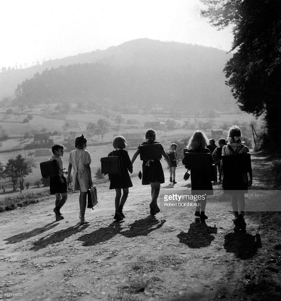 1945.  Школьники на дороге. Вангенбург