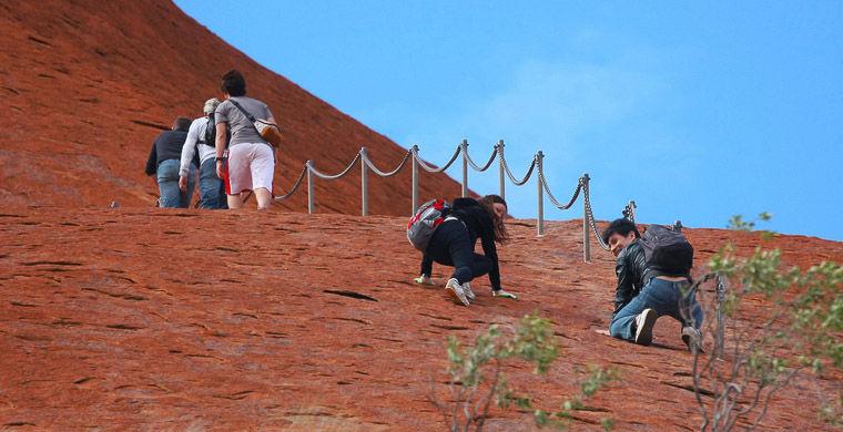 Если туристы не рисуют, то норовят куда-то залезть. К примеру, на мемориал жертвам холокоста в Берли