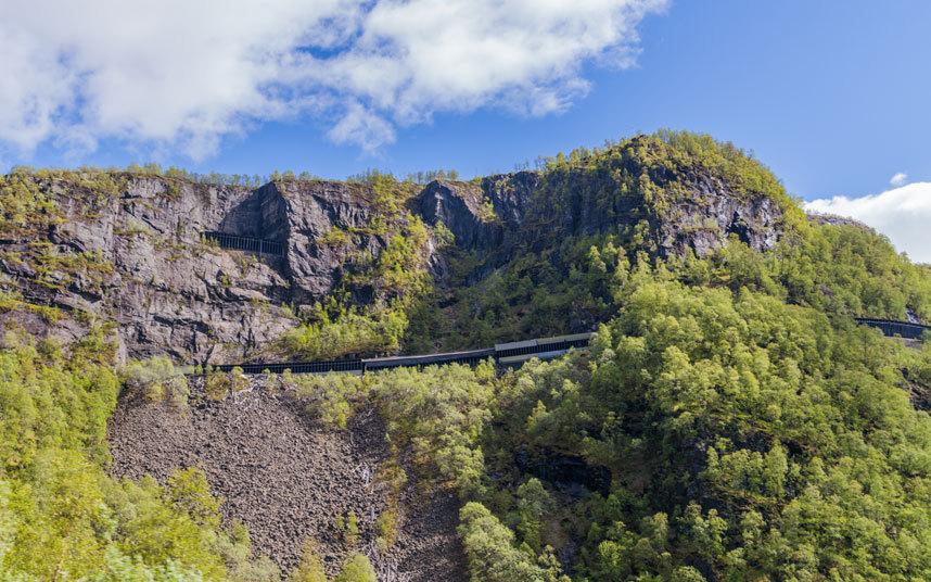 Железные дороги, путешествие по которым не для слабонервных (15 фото)
