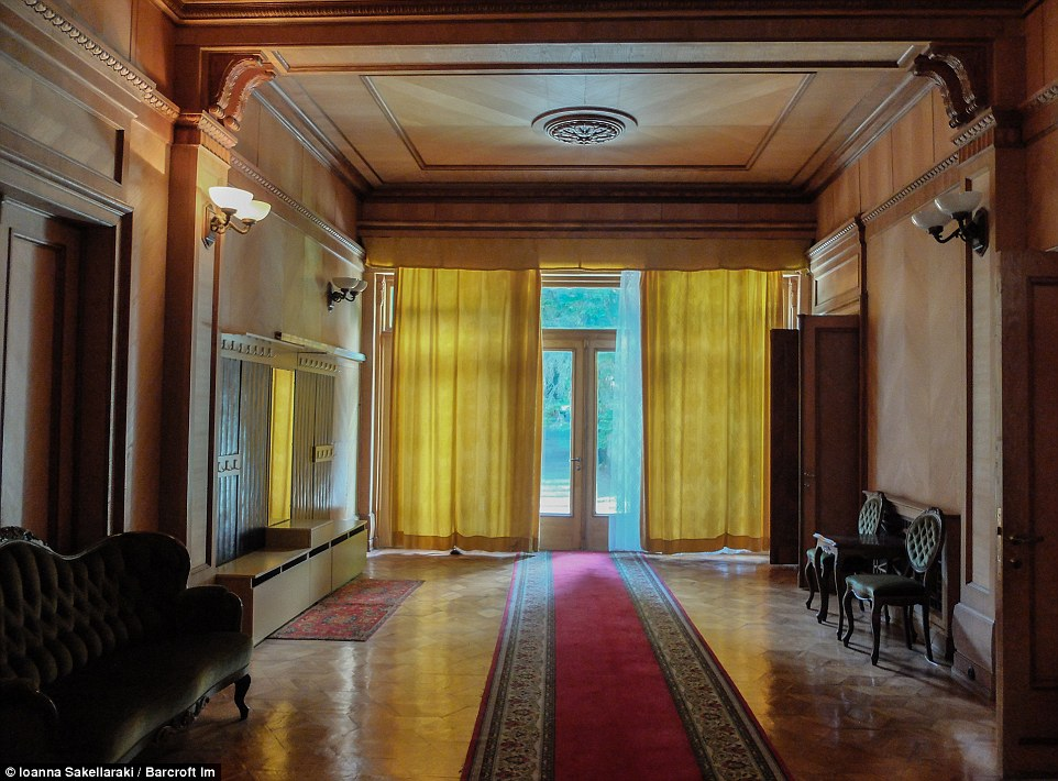 Позже, в 1961 году, Никита Хрущев построил себе дачу по соседству, а уже Брежнев объединил схожие по