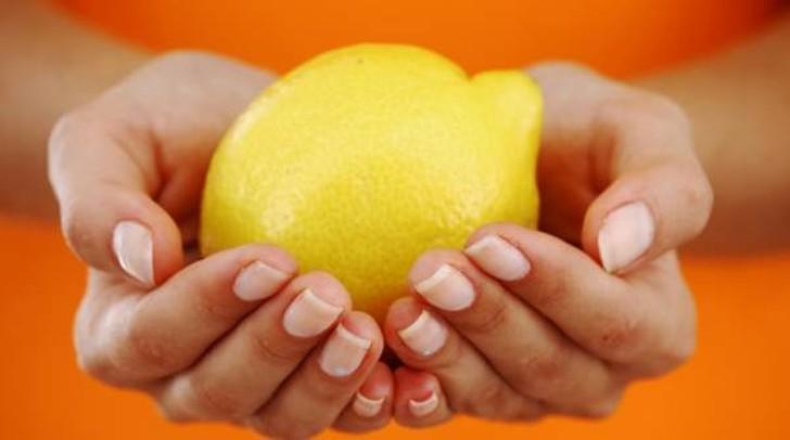 9. Уход за руками С помощью лимонного сока можно избавиться от неприятных запахов и трудно отмывающи