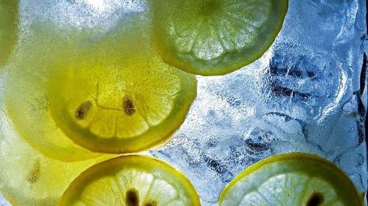 25. Лимонный лед Дольки лимона, а также кусочки цедры можно использовать в качестве украшения напитк