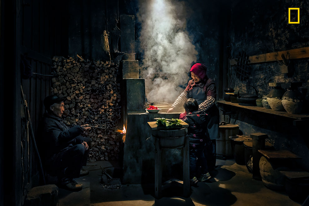 «Старость и молодость». Хуа Жу: «Это фото было сделано в маленькой китайской деревне в Уюане. В круп
