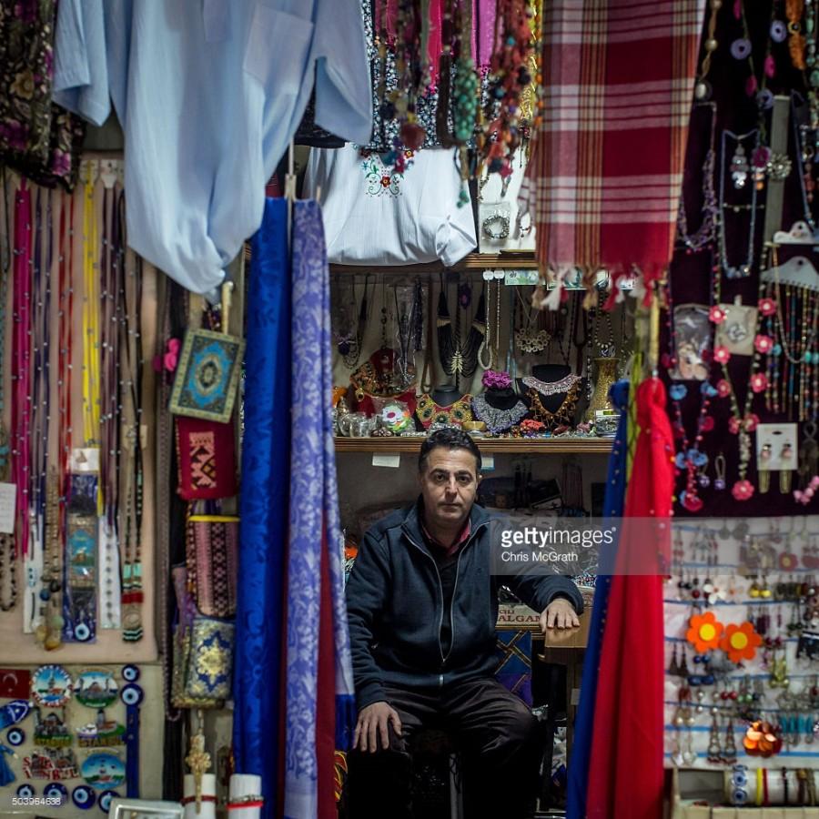 10. Мурат Демирчи продает разнообразные коллекции традиционных турецких вещей в магазине на популярн