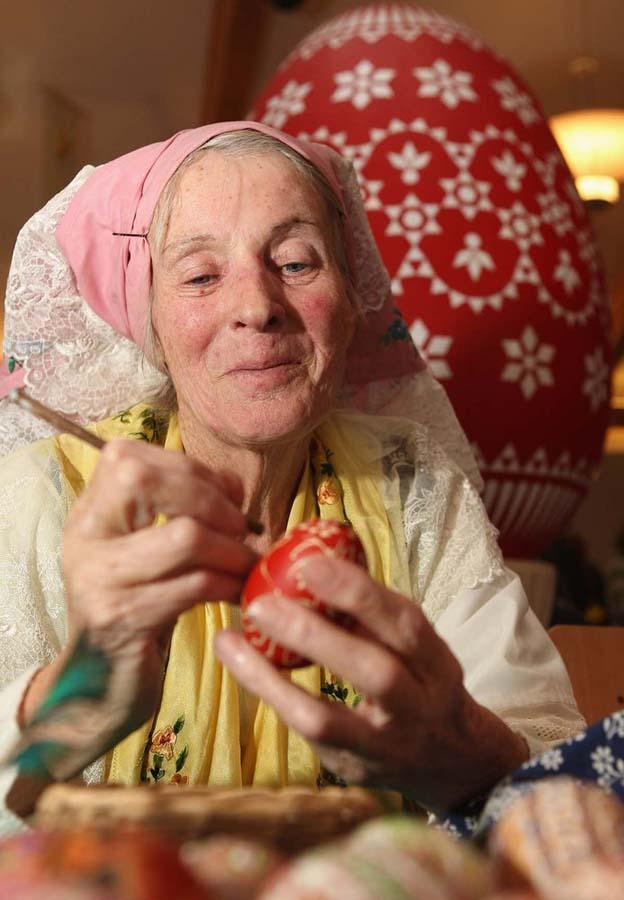 4. Сигрид Болдуан раскрашивает яйца к Пасхе. (Photo by Adam Berry)