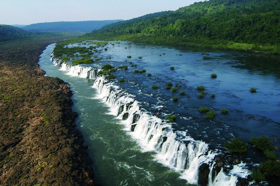Когда каньон пересыхает, вода начинает стекать в него с верхнего уровня, таким образом, образуя водо