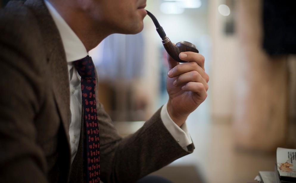 человек курит трубку