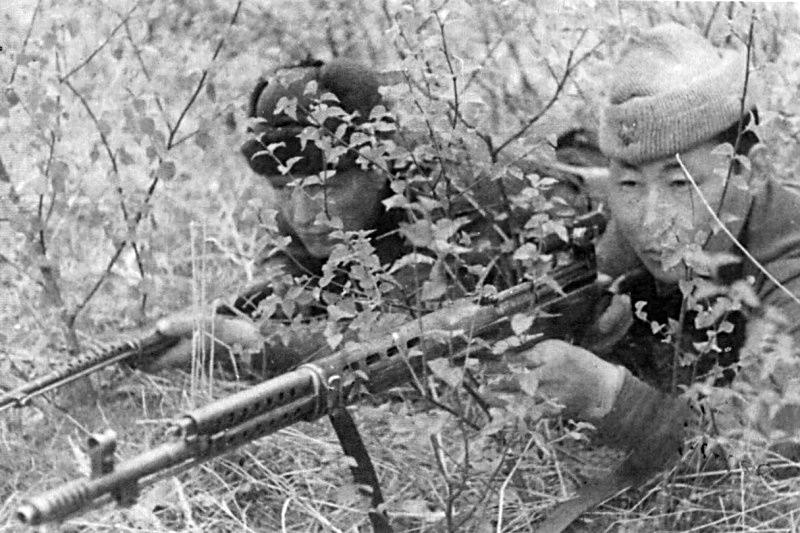 Снайперы Т. Куснаков и С.С. Тудупов с СВТ-40 на позиции.jpg