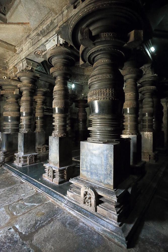 Фото№12. Halebeedu Basadi Digambar Jain Temples. Колонны. Путешествие в Карнатаку в город Халебид. Отызвы об отдыхе в Индии. 1/30, -1 eV, f 6.3, 17mm, ISO 12800