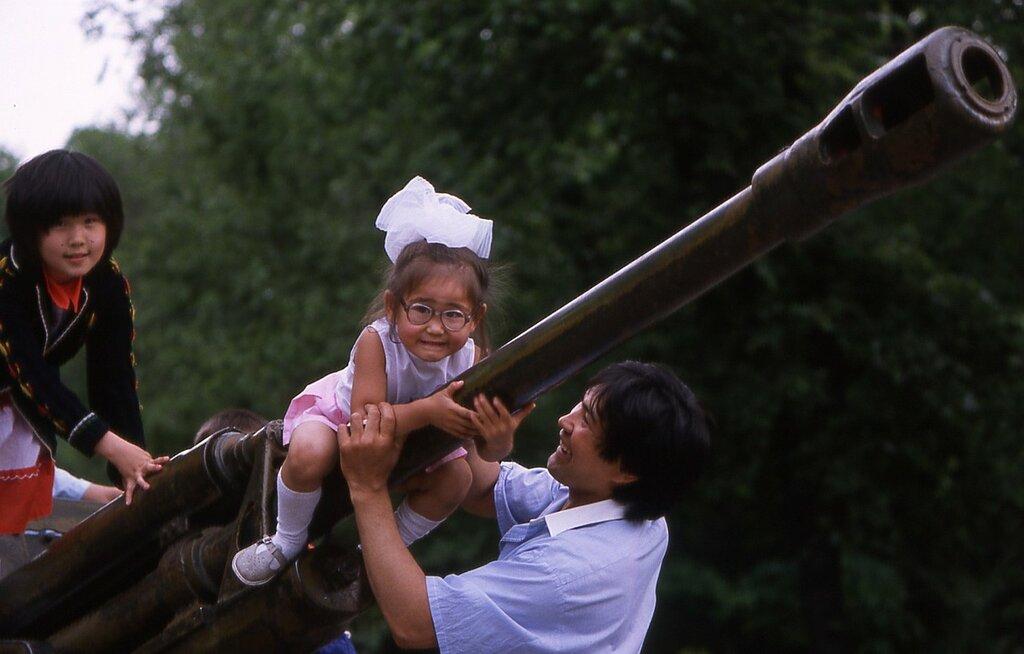 Алма-Ата. Дети играют на гаубице возле мемориала
