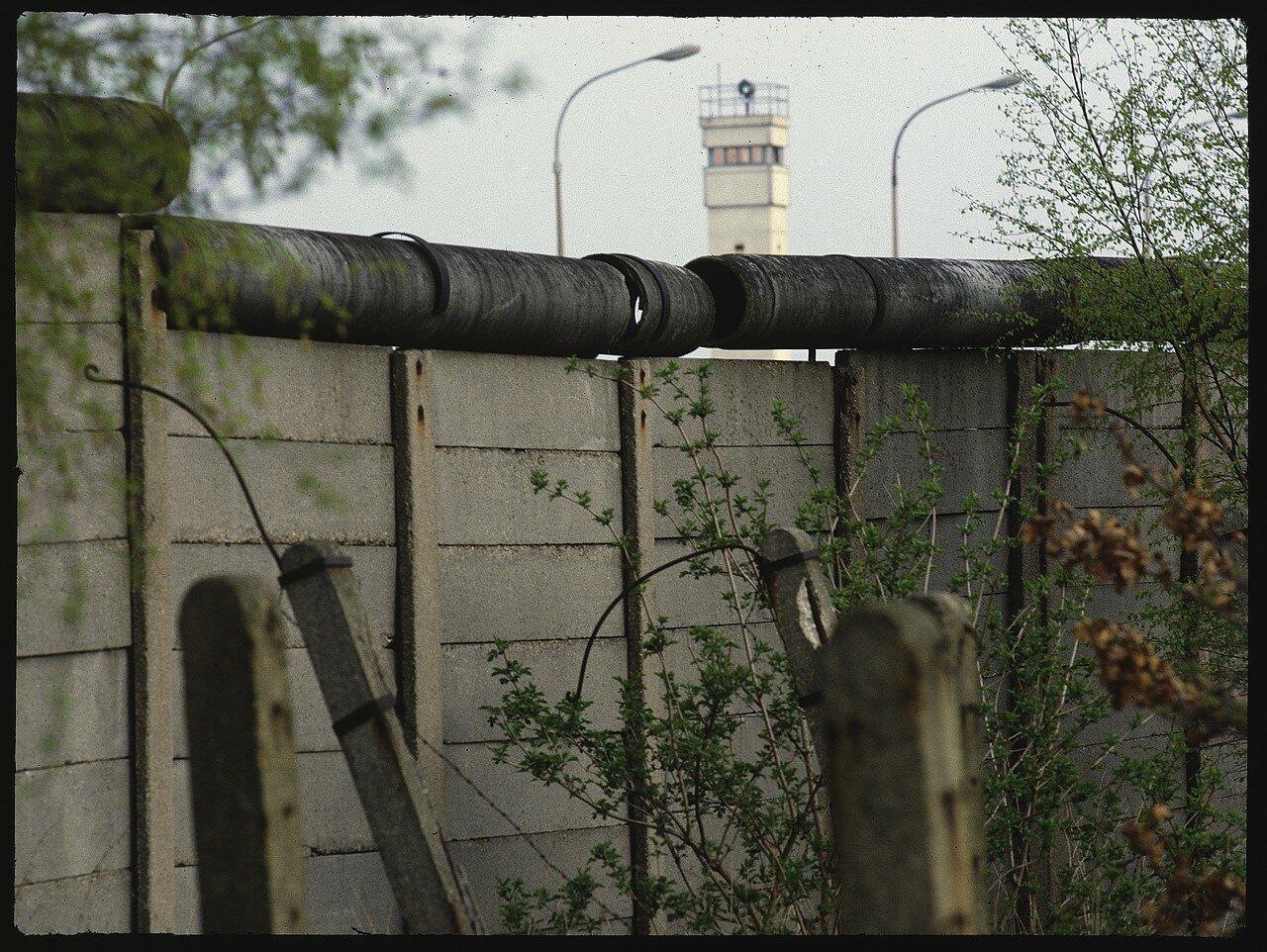 Западный Берлин. Заграждения возле Любарс. Вид стены напротив сторожевой вышки