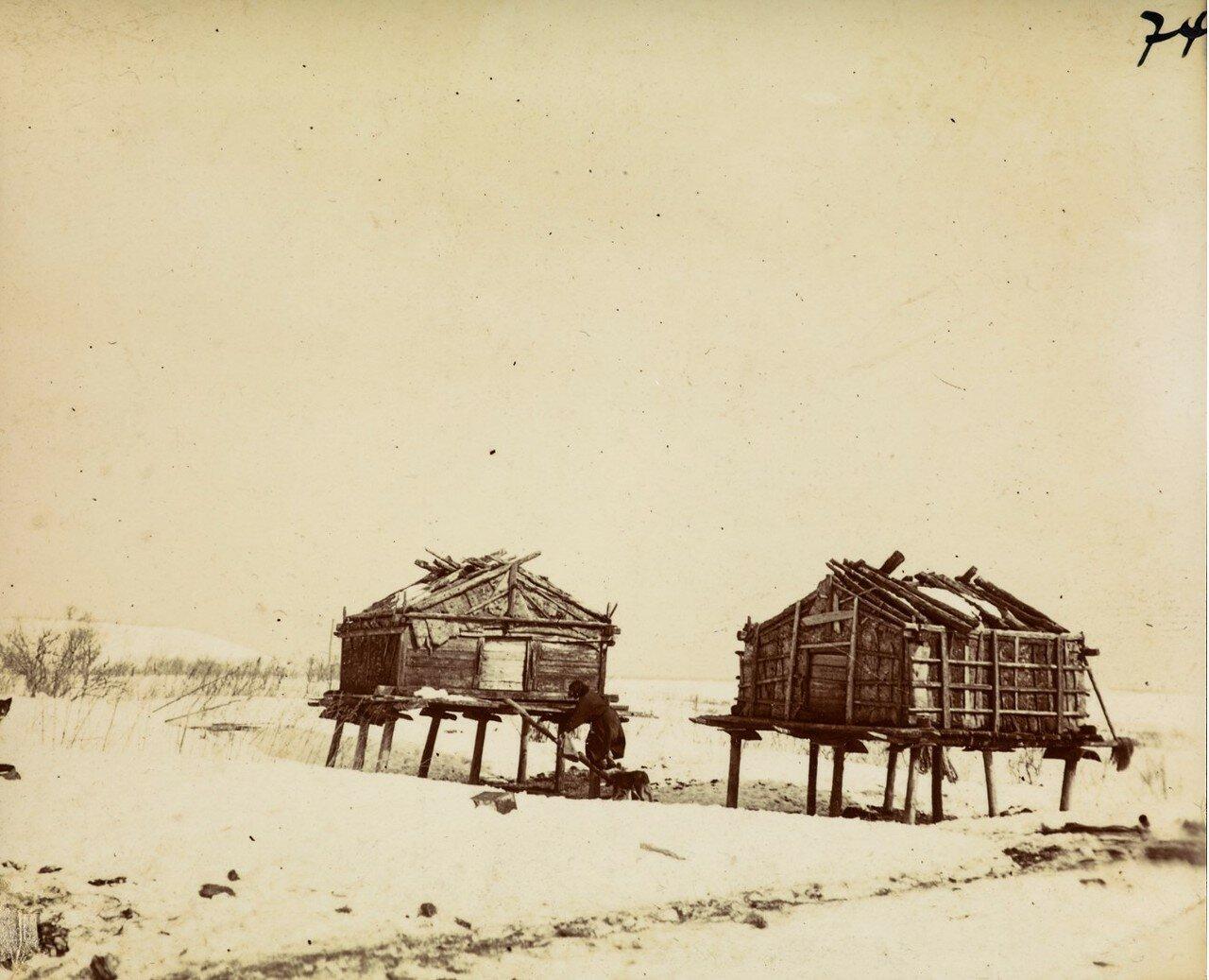 Дома на свайях у айнов, которые служат в качестве хранилищ