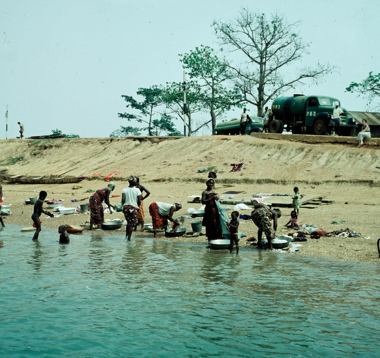 Мафи - Адидом. Стирка одежды в реке Вольта