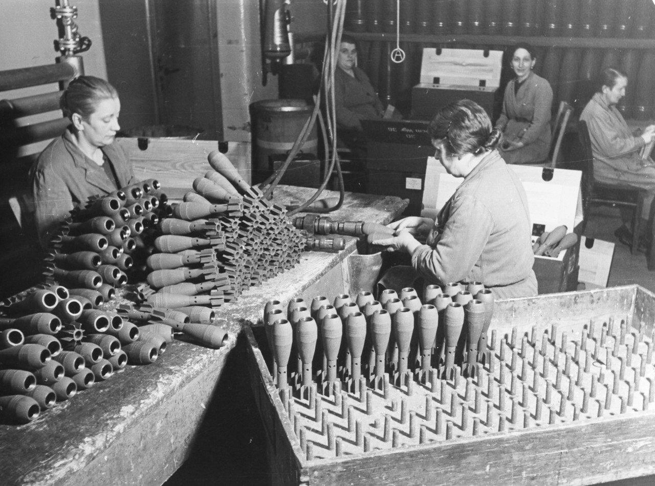 Производство боеприпасов на военной фабрике