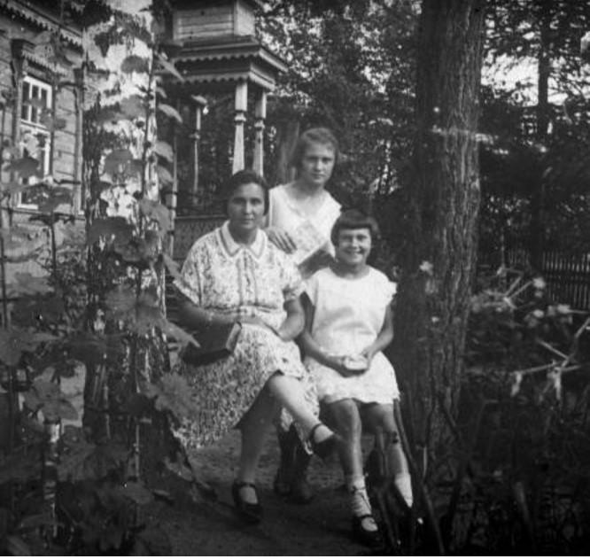 Женщина (А.Н. Авдонина) с двумя девочками в палисаднике