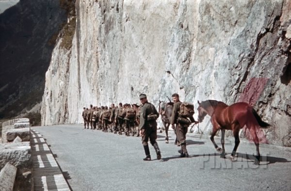 stock-photo-mountain-troopers-marching-at-the-imsterberg-in-landeck-austria-1941-11353.jpg