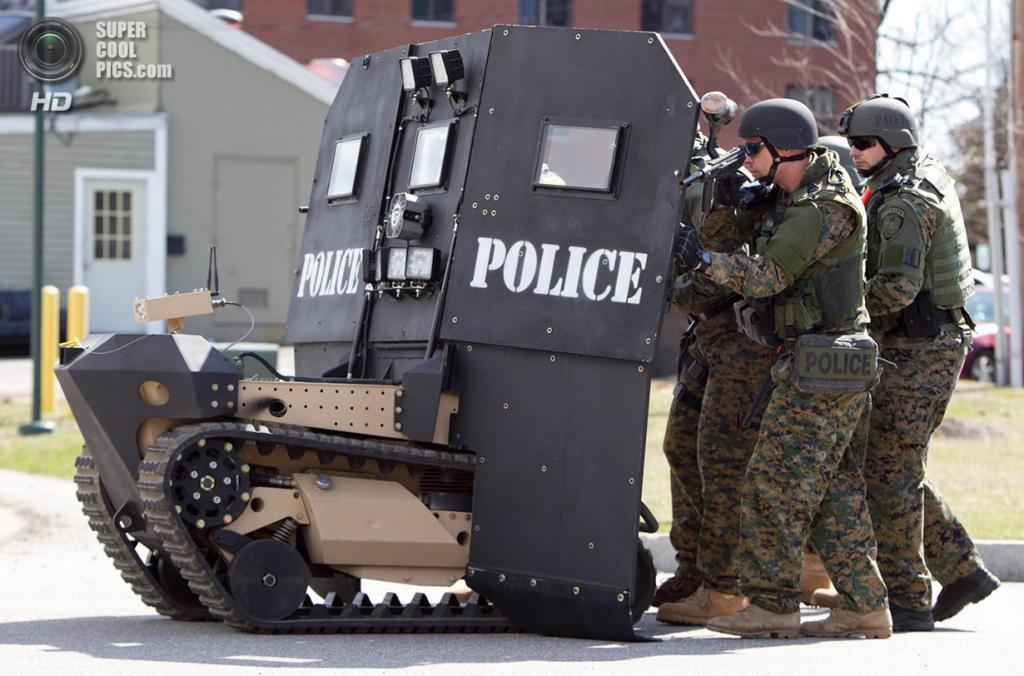 США. Санфорд, Мэн. 18 апреля. Робот-щит длоя отряда SWAT, разработанный Howe & Howe Technologies