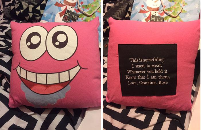 «У двоюродной бабушки есть подушка, сделанная из старых футболок моей бабушки». Надпись на подушке: