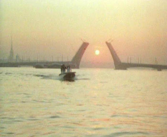 77. Проплывают под мостом туда, где его взял Андрей, на Дворцовую набережную.