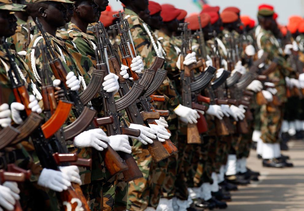 26. Солдаты Народной армии освобождения Судана с автоматами Калашникова на репетиции дня независимос