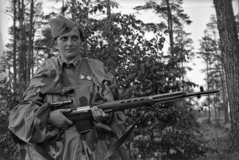 Мл. лейт. Людмила Павличенко — снайпер 2-й роты 54-го стрел. полка. 07-08.42.jpg