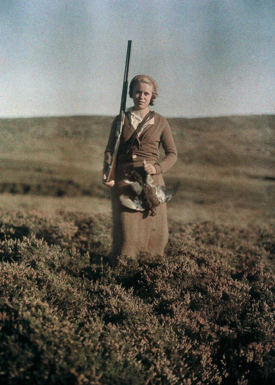 1925. Ева показывает охотничьи трофеи в Шотландии