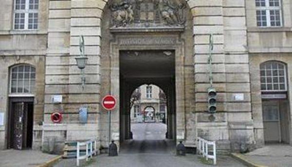 Супруга экс-президента Франции доставлена вбольницу