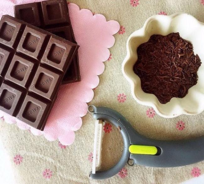 Ненужно специальных устройств, чтобы сделать шоколадную стружку: несколько взмахов картофеле