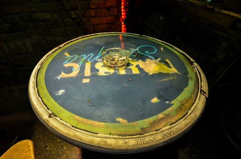 19. Велосипедная шина обрамляет столик, никогда не догадался бы так сделать.