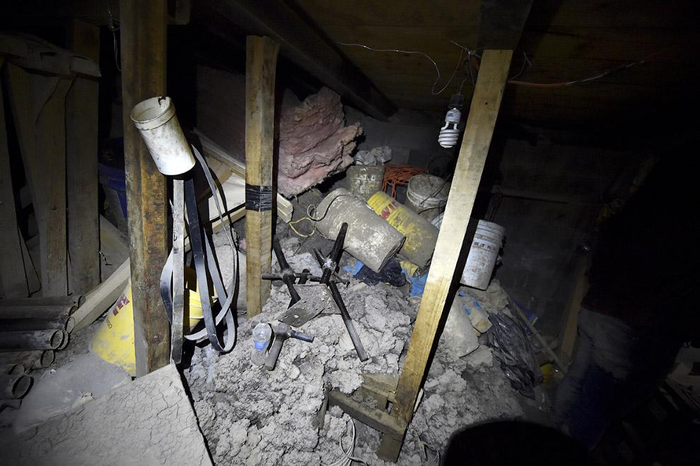 13. Спустя 1.5 км подземный тоннель заканчивается. Лестница ведет наверх в заброшенный дом. (Фо