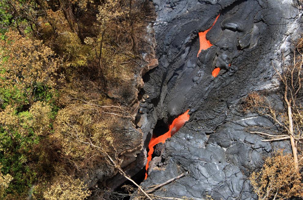 10. Геологи ходят по поверхности потока лавы, 22 октября 2014. (Фото USGS HVO):