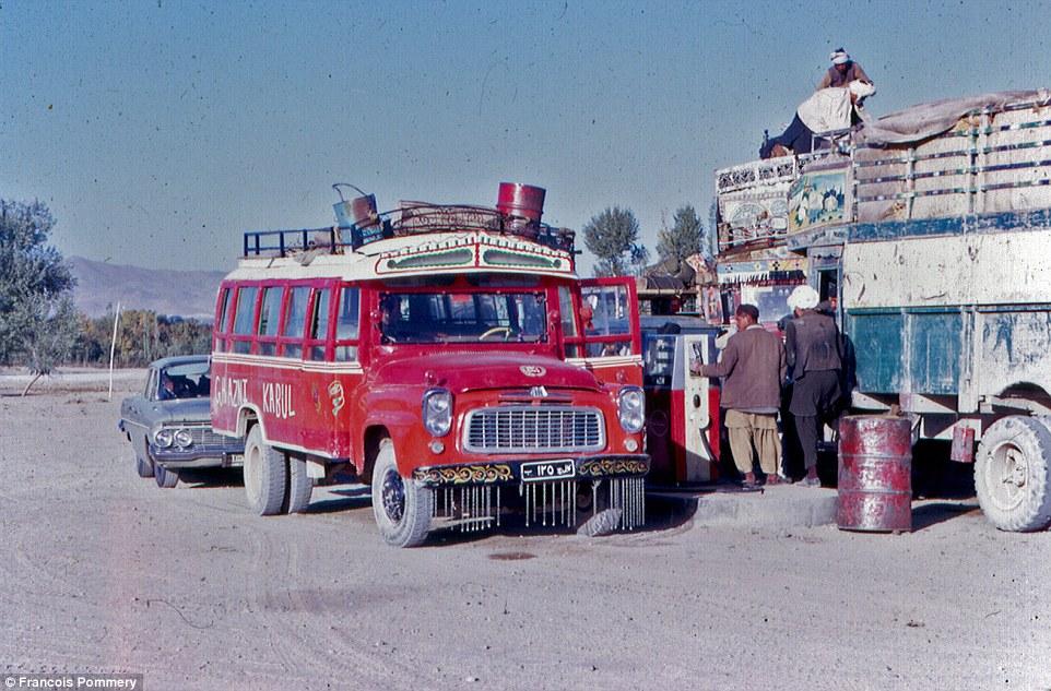 Автобус из Кабула остановился на заправочной станции.