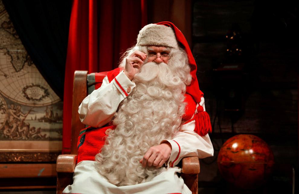 6. Помощники Санта Клауса в его офисе разгребают тонны писем со всего мира. (Фото Pawel Kopczyn