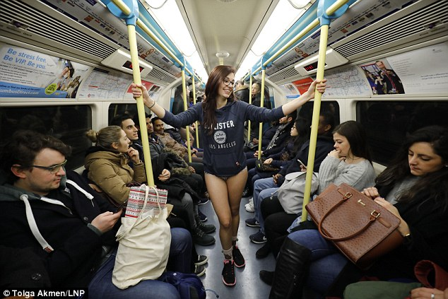 В метро в одних трусах — в Лондоне прошел «День без штанов» (9 фото)