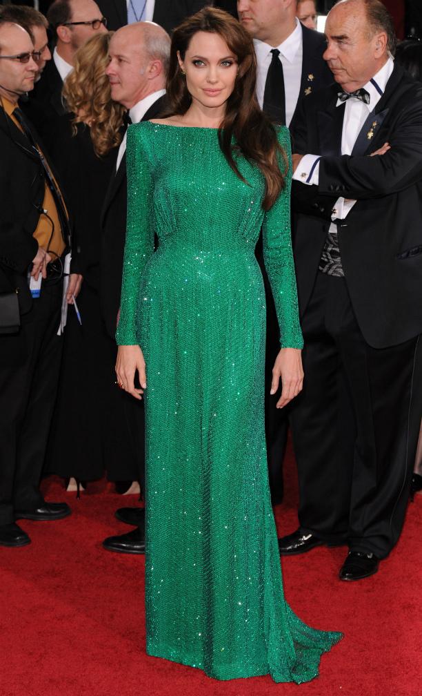 Глубокий изумрудный оттенок платья от Versace невероятно идет Анджелине. Блестящая фактура уравн