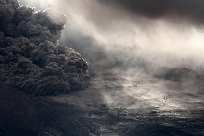 «Вулканический материал стекает по горе Синабунг, как видно из деревни Джерая, Северная Суматра, Инд