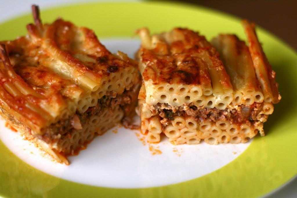 Паститсио — запеканка на основе макарон трубчатой формы, запечённых с сыром, рубленым мясом под