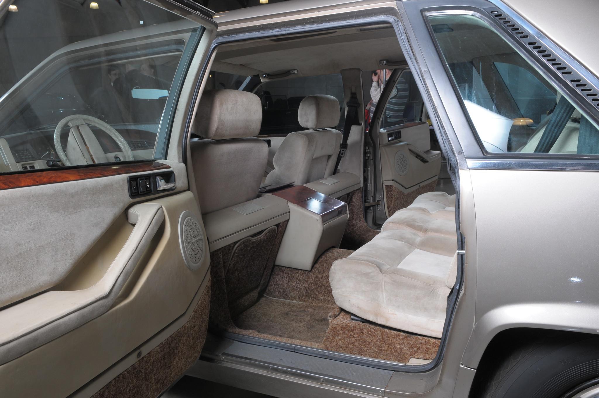 В салоне ЗИЛ-4102 отсутствовали откидные сидения (страпонтены) для охраны. Охранник может ехать толь