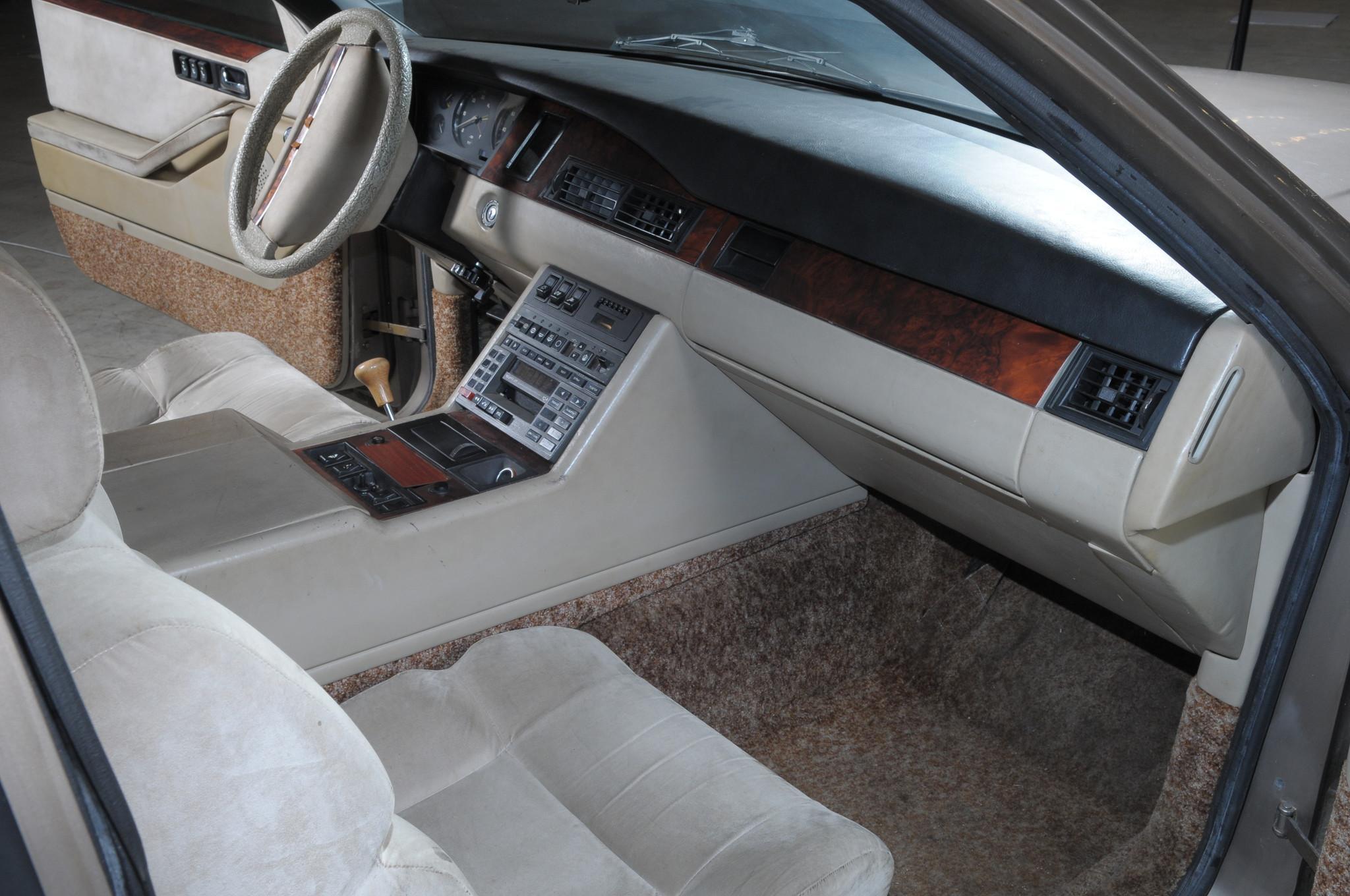 ЗИЛ-4102 имел электрические стеклоподъёмники, радиоприёмник с электронной настройкой, проигрыватель