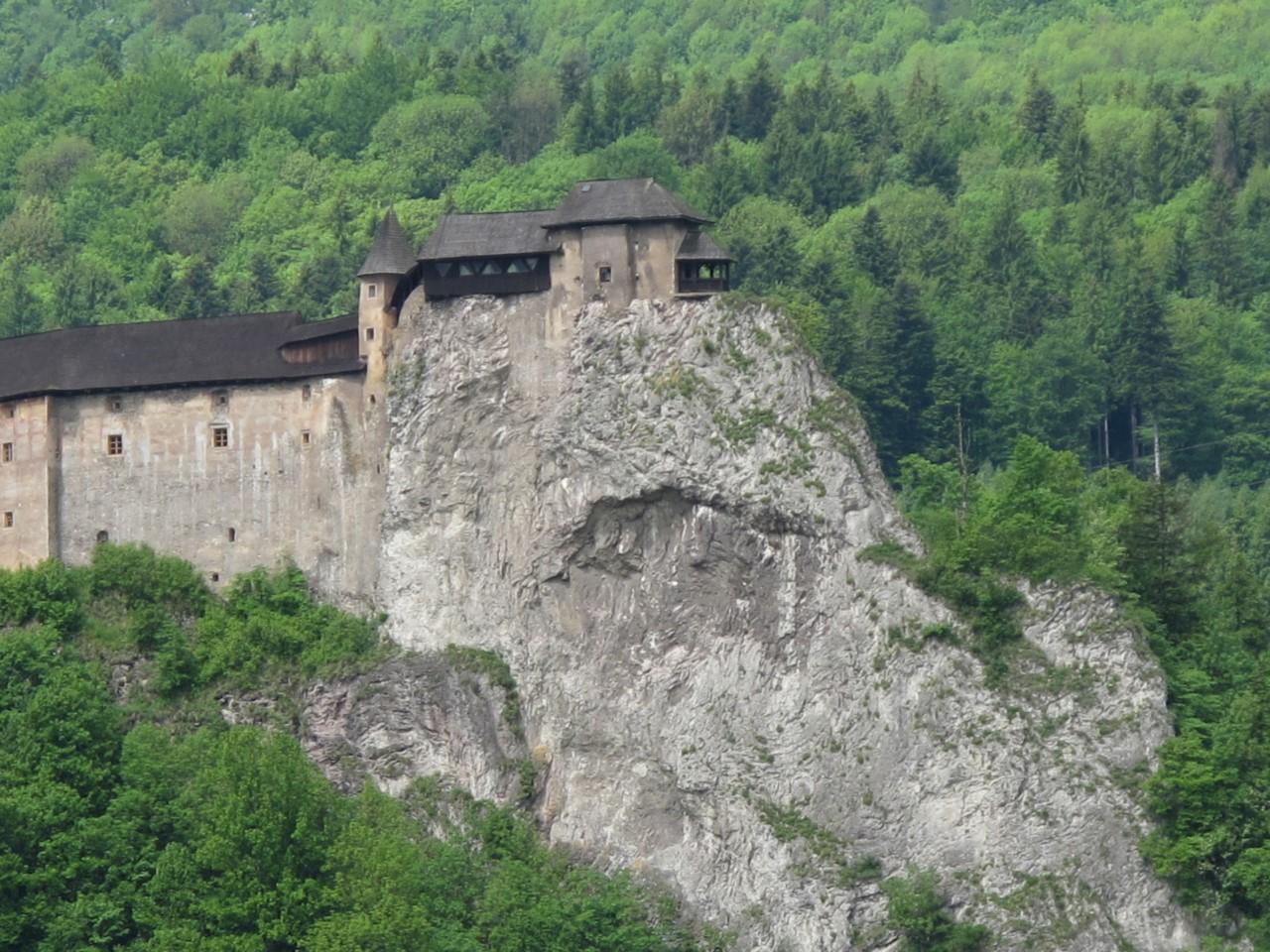 Археологическая и историческая экспозиции, представленные в интерьерах замка, дают представление о б