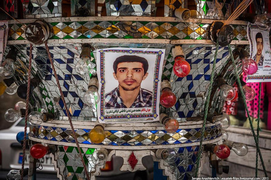 39. На этих штуках с подсветками из покрашенных лампочек размещают портреты умерших.